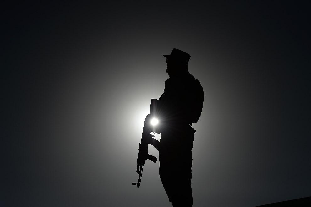 4.AFGANISTAN, Paghman, 9 czerwca 2014: Policjant na posterunku w trakcie kampanii prezydenckiej. AFP PHOTO/SHAH Marai