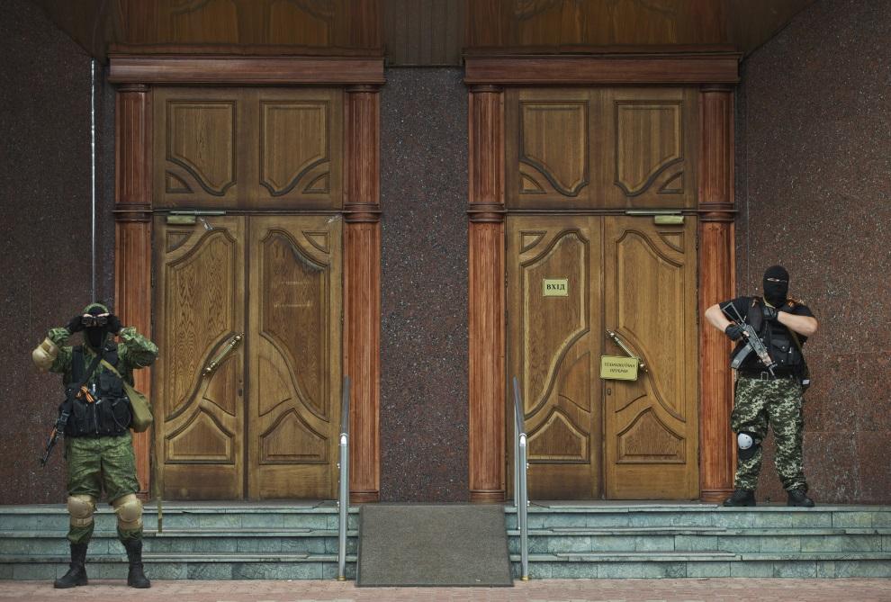 4.UKRAINA, Donieck, 16 czerwca 2014: Prorosyjscy żołnierze przed wejściem do oddziału banku. AFP PHOTO / DANIEL MIHAILESCU