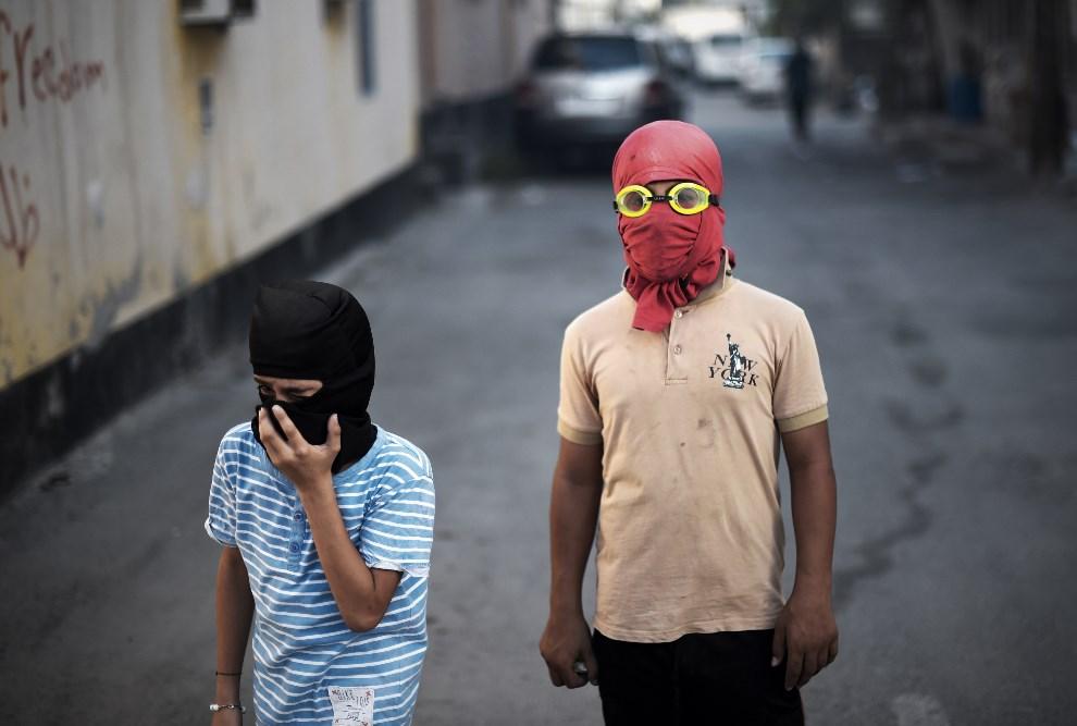 4.BAHRAJN, Abu Saiba, 30 maja 2014: Dzieci uczestniczące w antyreżimowych demonstracjach. AFP PHOTO/MOHAMMED AL-SHAIKH