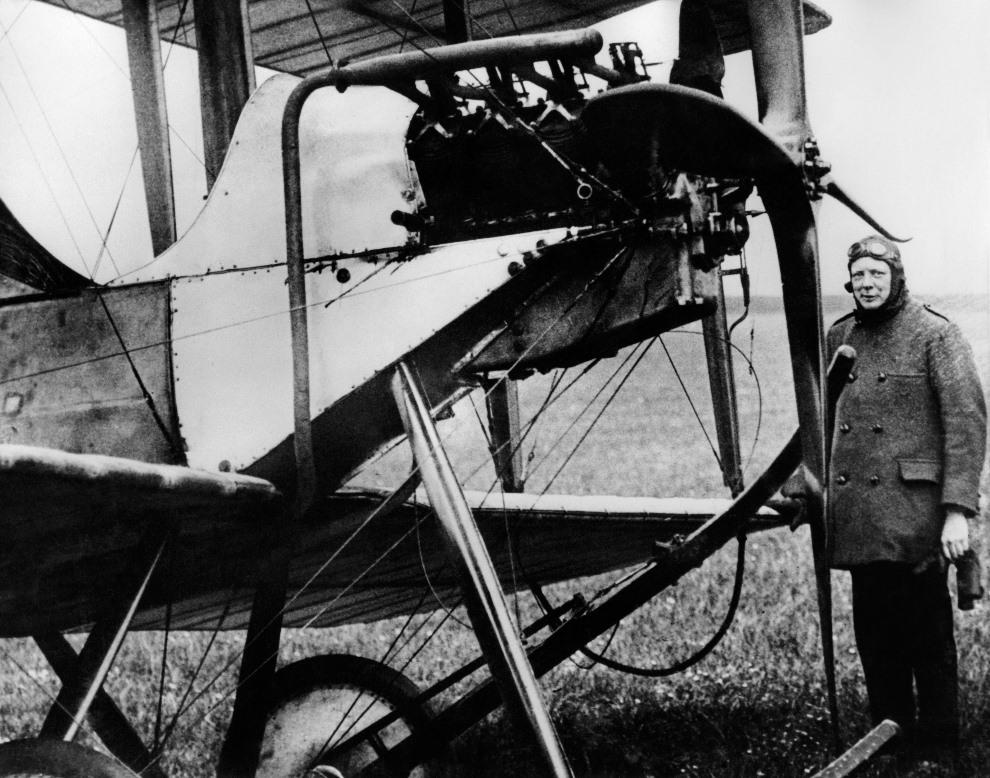 5.WIELKA BRYTANIA, 1914:  Winston Churchill, jako Pierwszy Lord Admiralicji, obok samolotu. AFP PHOTO