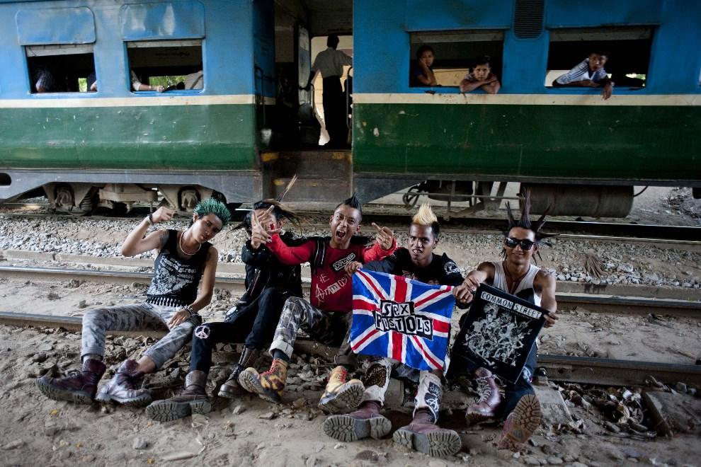 5.MJANMA, Rangun, 12 kwietnia 2014: Grupa mężczyzn na torach kolejowych. AFP PHOTO / YE AUNG THU