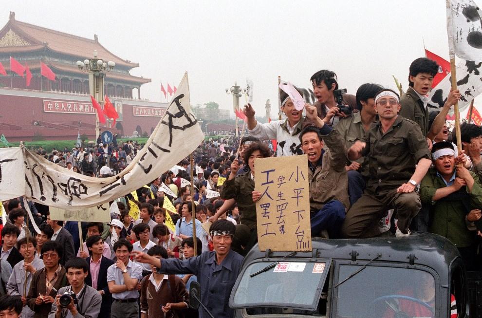 5.CHINY, Pekin, 18 maja 1989: Chińscy robotnicy popierający protestujących na Tiananmen studentów. AFP PHOTO / FILES / CATHERINE HENRIETTE