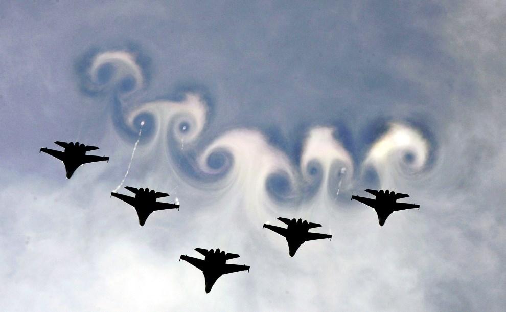 5.ROSJA, Monino, 30 lipca 2005: Rosyjskie Su-27 podczas pokazu lotniczego. AFP