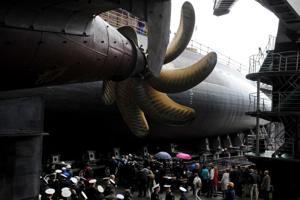 5.ROSJA, Peteresburg, 26 czerwca 2014: Wodowanie okrętu podwodnego Rostów nad Donem. AFP PHOTO / OLGA MALTSEVA