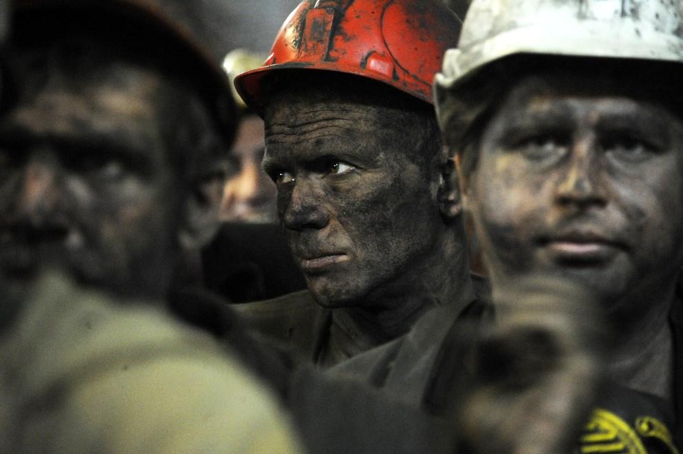 5.UKRAINA, Donieck, 6 czerwca 2014: Górnicy wyjeżdżający z kopalni. AFP PHOTO/ VIKTOR DRACHEV