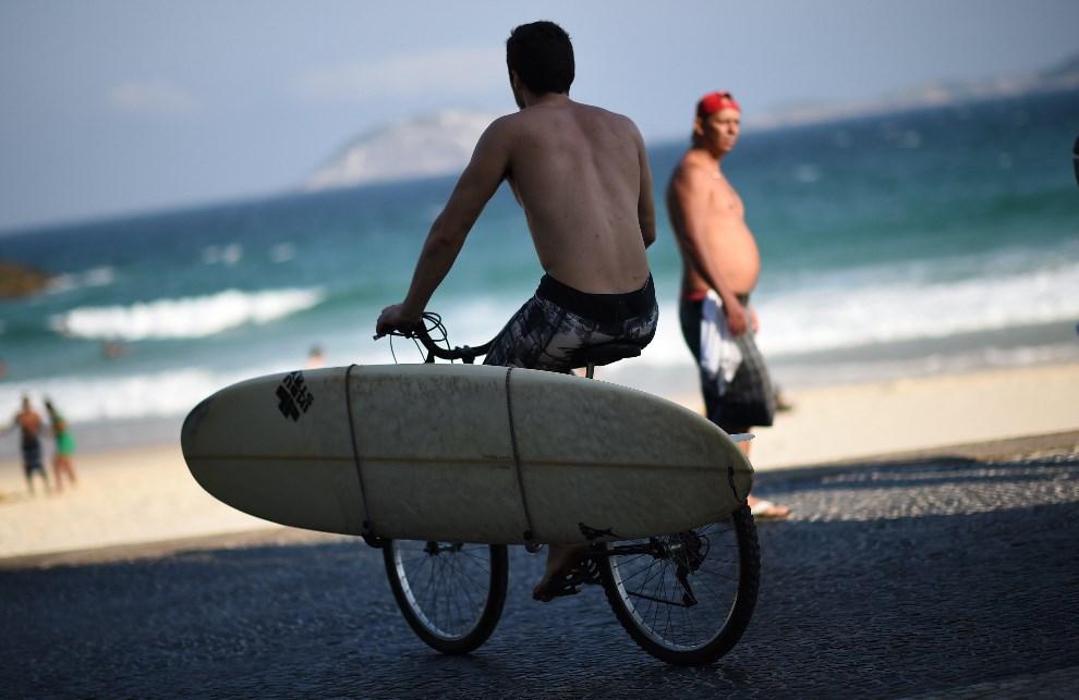 5.BRAZYLIA, Rio de Janeiro, 9 czerwca 2014: Mężczyzna na rowerze w pobliżu plaży Ipanema. (Foto: Matthias Hangst/Getty Images)