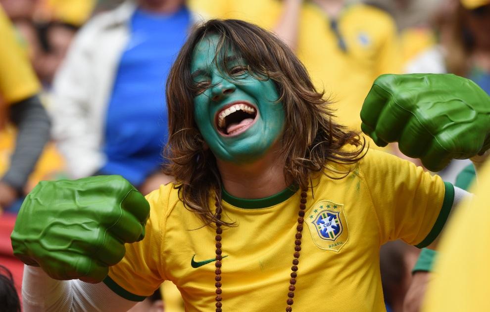 6. BRAZYLIA, Brasília, 23 czerwca 2014: Kibicka z Brazylii w stroju Hulka. AFP PHOTO / FRANCOIS XAVIER MARIT