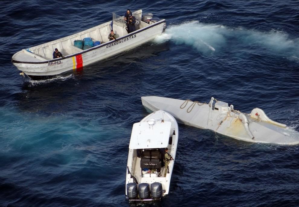 6.KOLUMBIA, 5 stycznia 2013: Przechwycona przez straż przybrzeżną, domowej roboty łódź podwodna, zdolna przewozić do pięciu ton ładunku (tu: kokainy). AFP   PHOTO/Colombian Navy