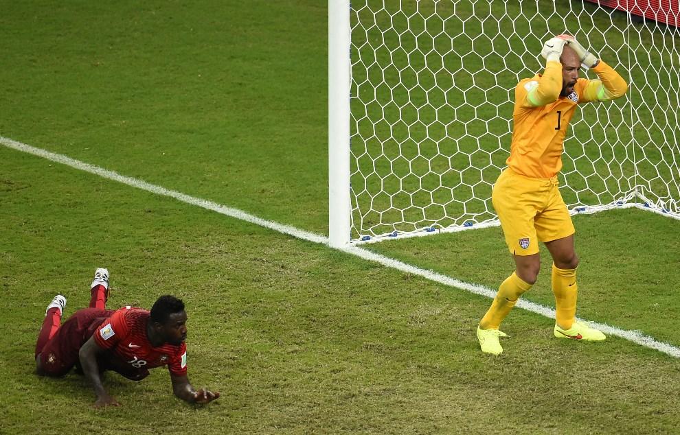 6.BRAZYLIA, Manaus, 22 czerwca 2014: Amerykański bramkarz, Tim Howard, po utracie bramki w meczu z Portugalią. AFP PHOTO / FABRICE COFFRINI
