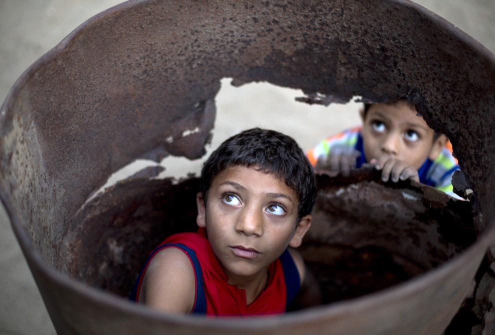 6.AUTONOMIA PALESTYŃSKA, Bajt Lahija, 10 czerwca 2014: Palestyńscy chłopcy bawiący się przed domem. AFP PHOTO/MOHAMMED ABED