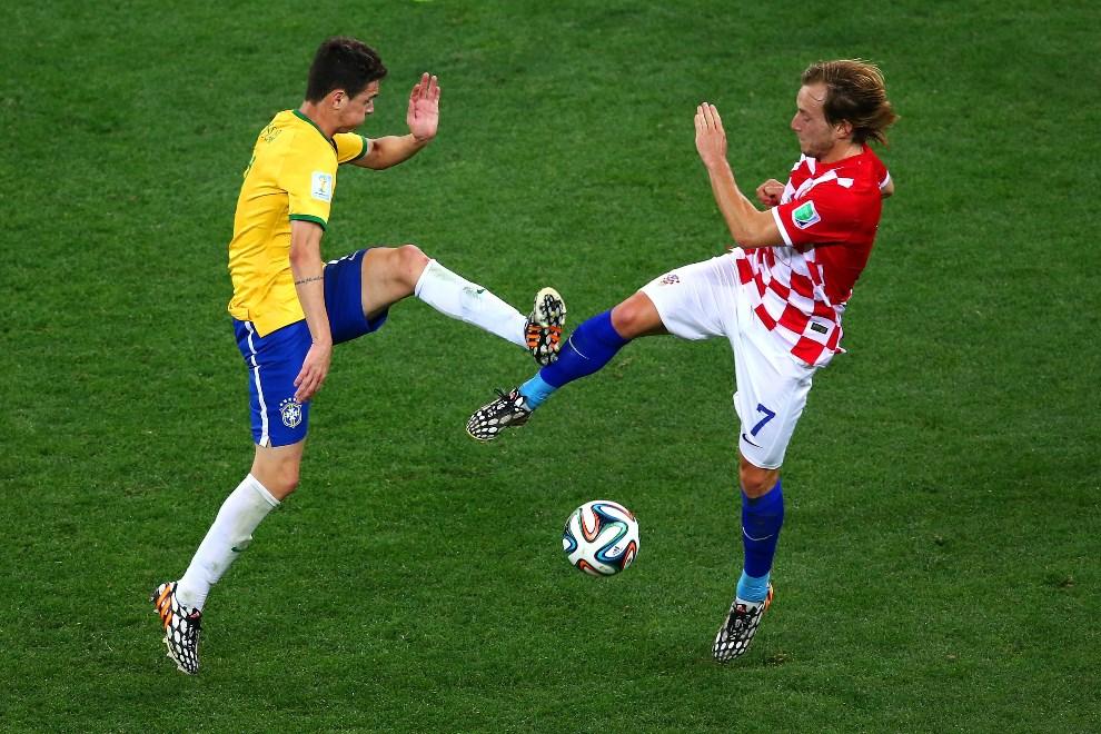 6.BRAZYLIA, Sao Paulo, 12 czerwca 2014: Oscar i Ivan Rakitic walczą o piłkę. (Foto: Elsa/Getty Images)