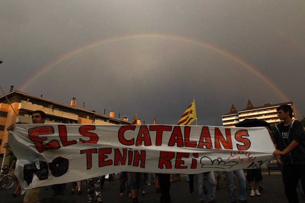 """7.HISZPANIA, Girona, 26 czerwca 2014: Protestujący ludzie z transparentem głoszącym: """"Jesteśmy Katalończykami. Nie mamy króla"""". AFP PHOTO / QUIQUE GARCIA"""
