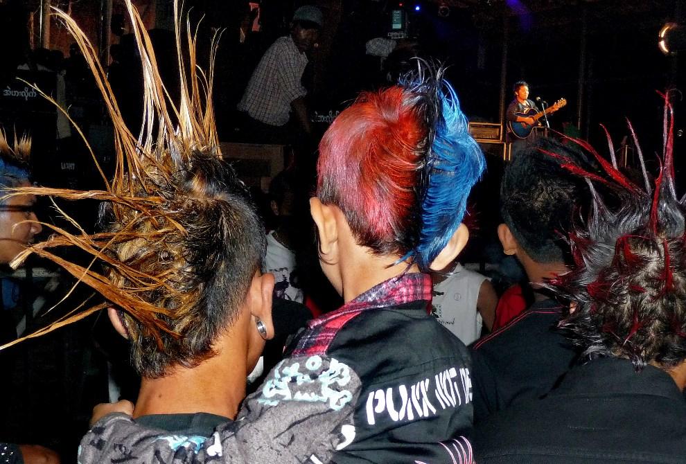 7.MJANMA, Rangun, 9 marca 2014: Rodziny członków zespołu punkowego podczas imprezy. (Foto: Getty Images/Getty Images)