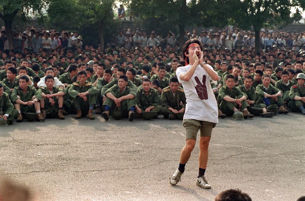 7.CHINY, Pekin, 3 czerwca 1989: Student wzywający żołnierzy, aby odeszli z placu Tiananmen. AFP PHOTO/FILES/CATHERINE HENRIETTE