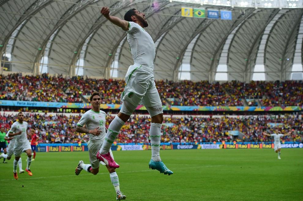 7.BRAZYLIA, Pôrto Alegre, 22 czerwca 2014:  Rafik Halliche ciszy się z bramki w meczu Korea – Algieria. AFP PHOTO / JUNG YEON-JE