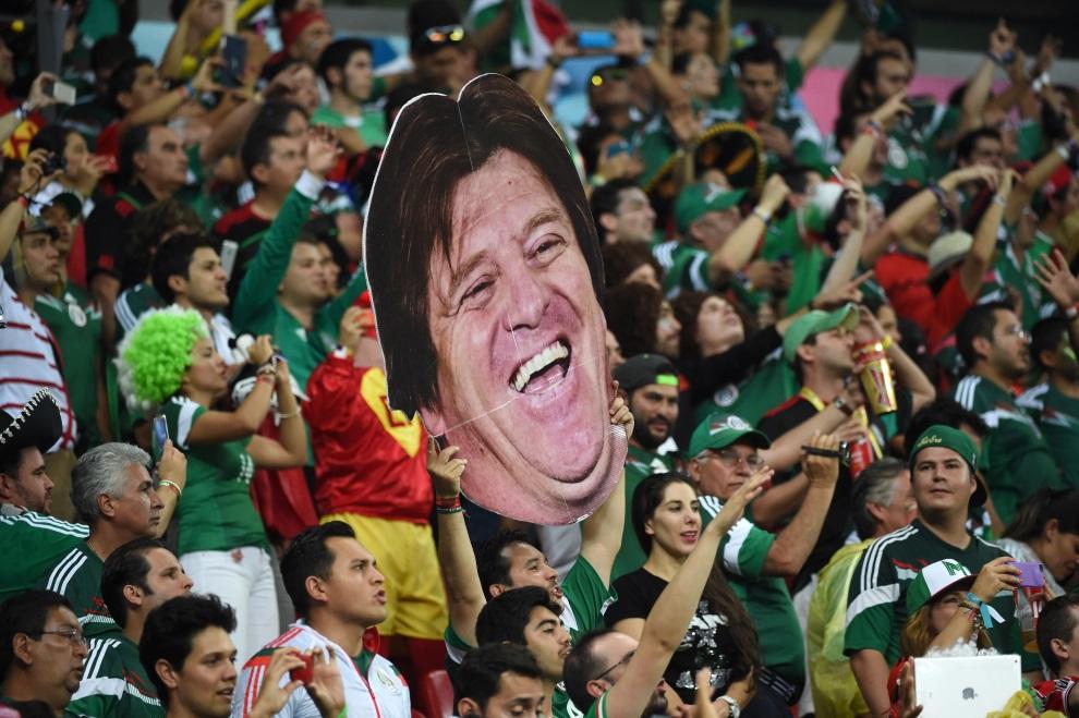 7. BRAZYLIA, Recife, 23 czerwca 2014: Kibice z Meksyku ze zdjęciem trenera ich reprezentacji. AFP PHOTO / YURI CORTEZ