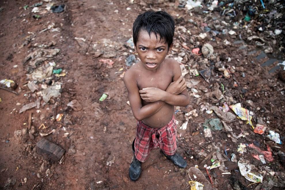 7.KAMBODŻA, Siem Reap, 11 czerwca 2014: Chłopiec pracujący na wysypisku śmieci. (Foto: Omar Havana/Getty Images)