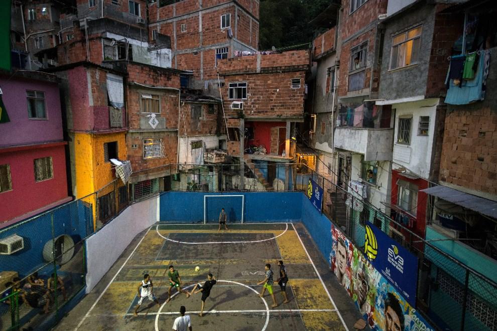 8.BRAZYLIA, Rio de Janeiro, 8 czerwca 2014: Boisko do piłki nożnej w faweli Tavares Bastos. AFP PHOTO / YASUYOSHI CHIBA