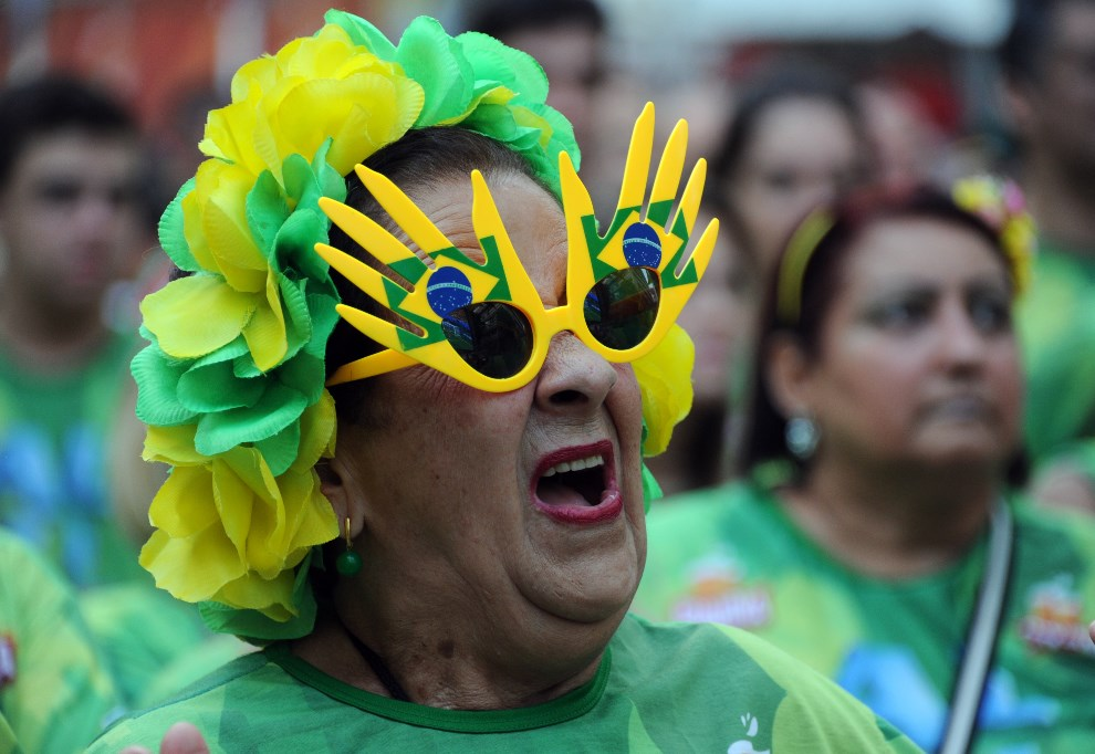 8.BRAZYLIA, Rio de Janeiro, 17 czerwca 2014: Brazylijska kibicka podczas maeczu z  Barzylia – Meksyk. AFP PHOTO / TASSO MARCELO