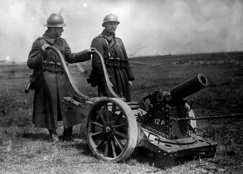 8.1916: Belgijscy żołnierze z 75 mm dzialem. (Foto: Hulton Archive/Getty Images)