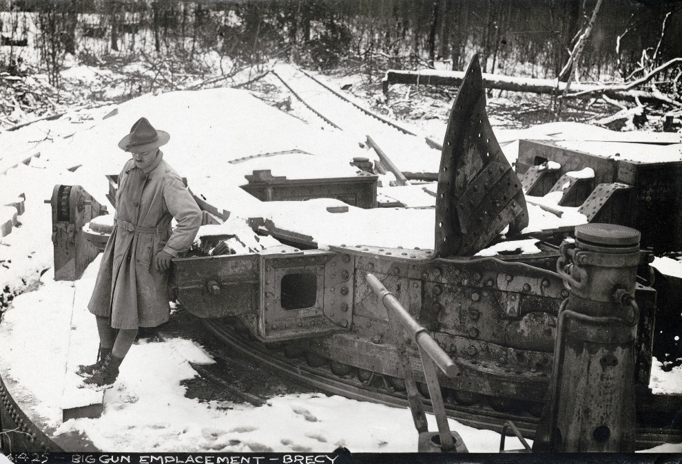 9.FRANCJA, Brécy: Amerykański żołnierz obok  moździerza M-Gerät, popularnie znanego jako Dicke Bertha (pol. gruba berta). AFP PHOTO