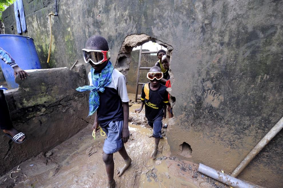 9.WKS, Abidżan, 19 czerwca 2014: Dzieci z biednej dzielnicy Abidżanu. AFP PHOTO / SIA KAMBOU