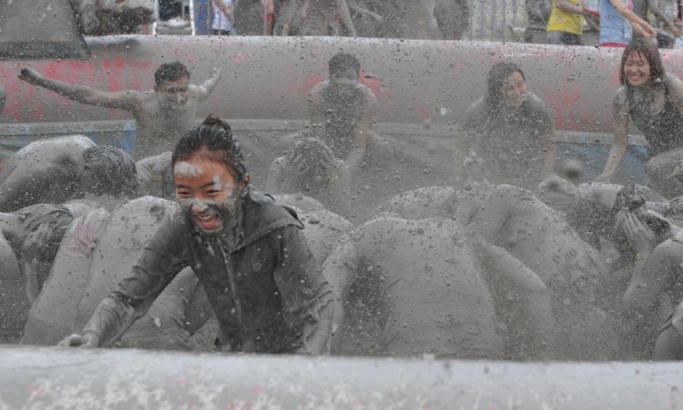 10.KOREA POŁUDNIOWA, Boryeong, 15 lipca 2012: Turyści w basenie wypełnionym błotem. AFP PHOTO / KIM JAE-HWAN