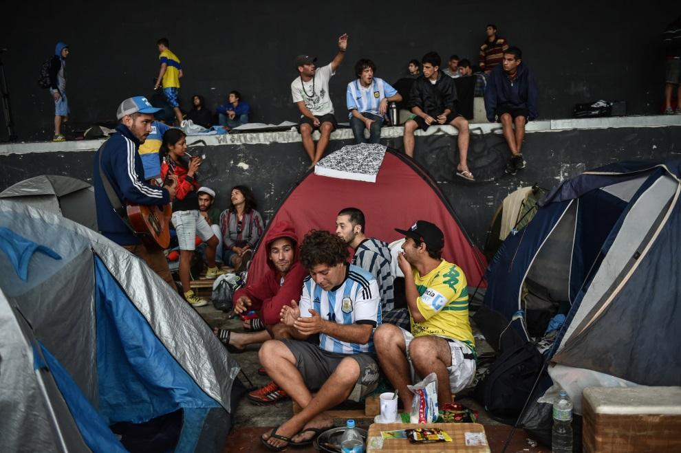10.BRAZYLIA, Rio de Janeiro, 10 lipca 2014: Argentyńscy kibice na polu namiotowym. AFP PHOTO / YASUYOSHI CHIBA