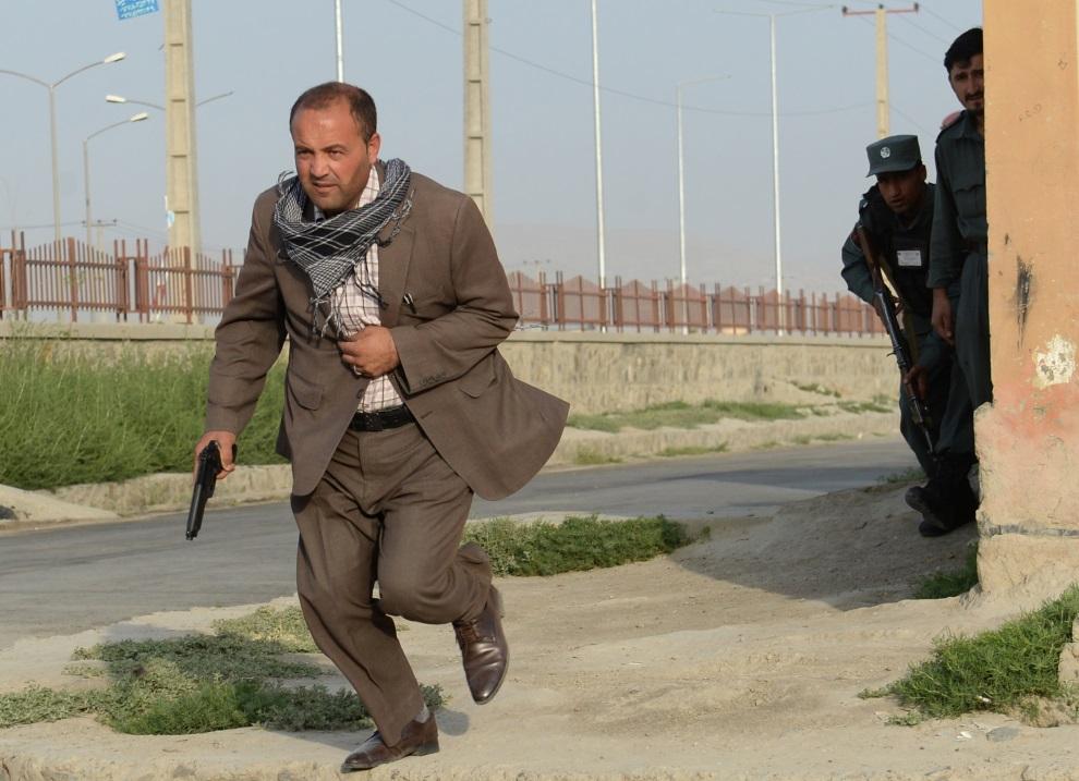 10.AFGANISTAN, Kabul, 17 lipca 2014: Policjant podczas potyczki z talibami na terenie portu lotniczego. AFP PHOTO / SHAH Marai