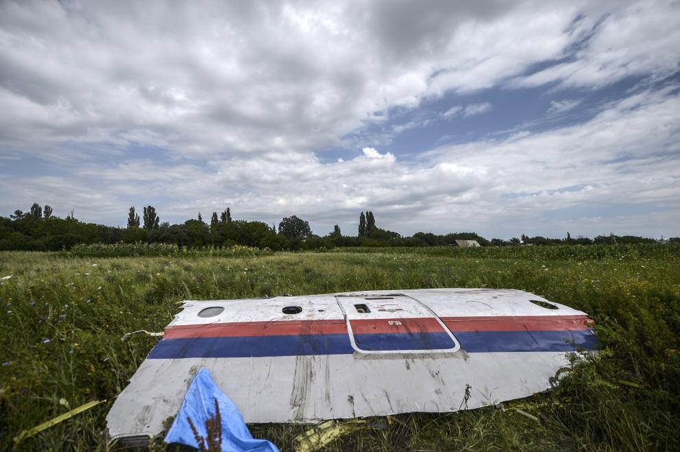 10.UKRAINA, Grabowo, 20 lipca 2014: Fragment zestrzelonego samolotu Malezyjskich linii lotniczych. AFP PHOTO/ BULENT KILIC