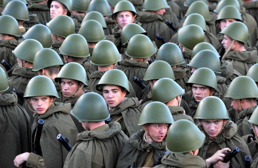 11.BIAŁORUŚ, Mińsk, 3 lipca 2014: Białoruscy żołnierze w mundurach radzieckich z czasów II. wojny światowej, podczas obchodów Dnia Niepodległości. AFP PHOTO / VIKTOR DRACHEV