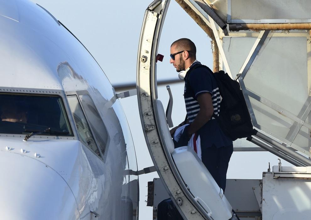 11.BRAZYLIA, Ribeirao Prêto, 5 lipca 2014: Karim Benzema (Francja) wchodzi na pokład samolotu wracająceo do Francji. AFP PHOTO / FRANCK FIFE