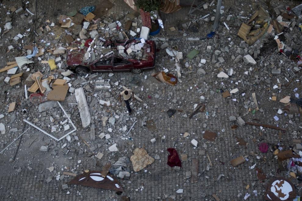 11.STREFA GAZY, 10 lipca 2014: Palestyńczyk pośród zniszczonych budynków w Strefie Gazy. AFP PHOTO / MOHAMMED ABED