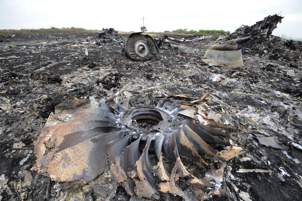 11.UKRAINA, Szachtarsk, 18 lipca 2014: Szczątki zestrzelonego samolotu Malezyjskich linii lotniczych. AFP PHOTO/DOMINIQUE FAGET