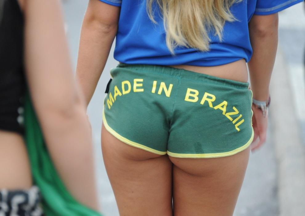 11.BRAZYLIA, Rio de Janeiro, 8 lipca 2014: Kibicka z Brazyli podczas zabawy w centrum miasta. AFP PHOTO/TASSO MARCELO