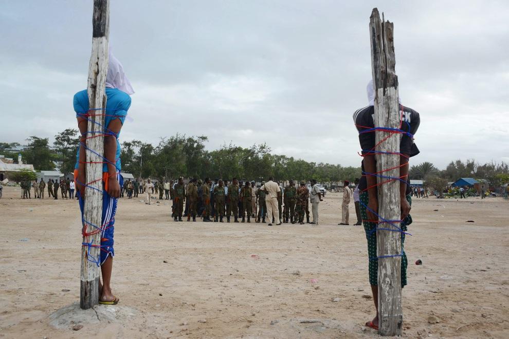 11.SOMALIA, Mogadiszu, 15 lipca 2014: Dwaj mężczyźni skazani na rozstrzelanie za zabójstwo pielęgniarki. AFP PHOTO / MOHAMED ABDIWAHAB