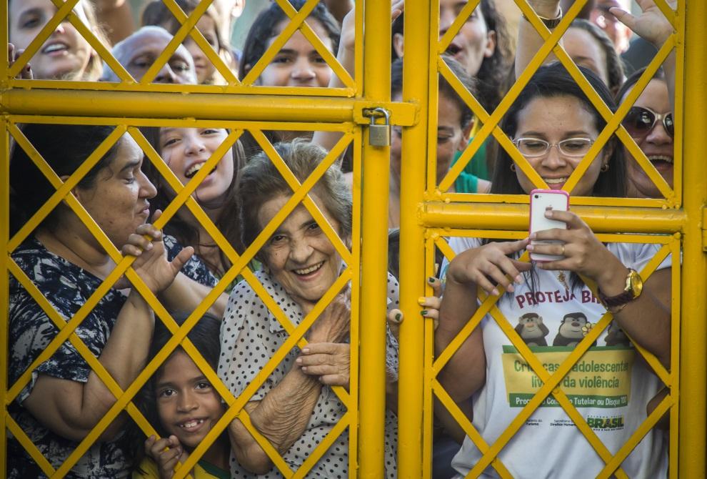 12.BRAZYLIA, Fortaleza, 3 lipca 2014: Brazylijscy kibice przed bramą prowadzącą na boisko, gdzie trenuje ich reprezentacja. AFP PHOTO / ODD ANDERSEN