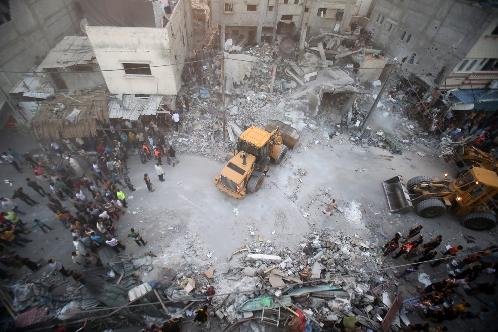 12.AUTONOMIA PALESTYŃSKA, Rafah, 11 lipca 2014: Ciężki sprzęt używany do usuwania gruzu po zbombardowanych budynkach. AFP PHOTO / SAID KHATIB