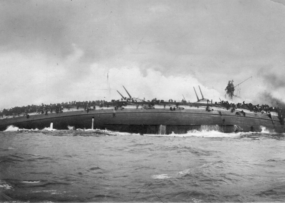 12.MORZE PÓŁNOCNE, 24 stycznia 1915: Zatopienie Niemieckiego krążownika pancernego SMS Blücher. Śmierć poniosło ok. 700 członków załogi. Zdjęcie wykonane z   pokładu Brytejskiego krążownika Arethusia. (Foto: Spencer Arnold/Getty Images)
