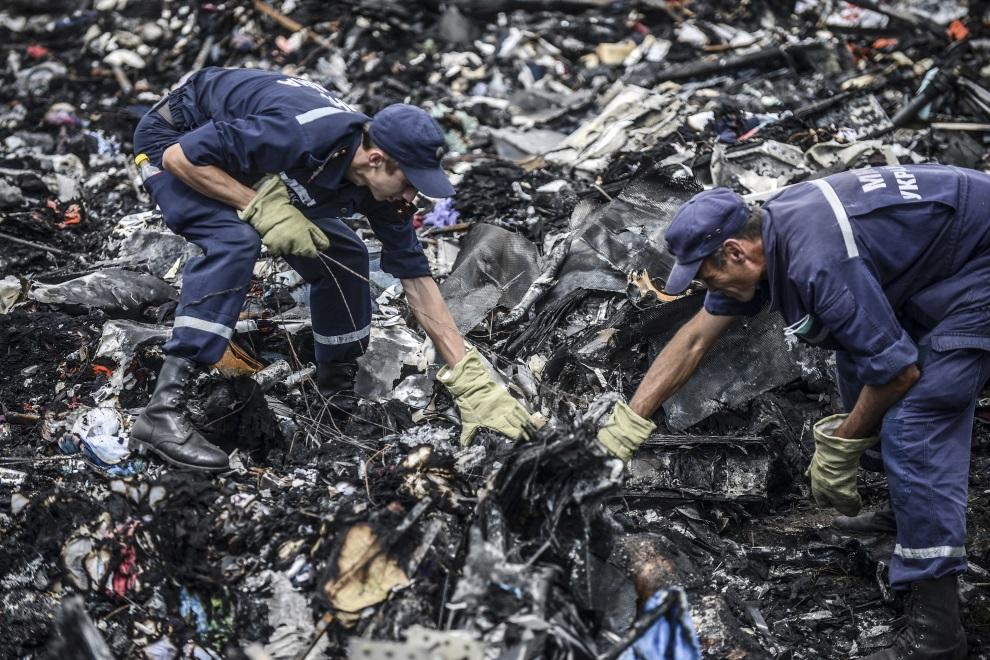 13.UKRAINA, Grabowo, 20 lipca 2014: Ukraińscy ratownicy przeszukują szczątki zestrzelonego samolotu. AFP PHOTO/ BULENT KILIC