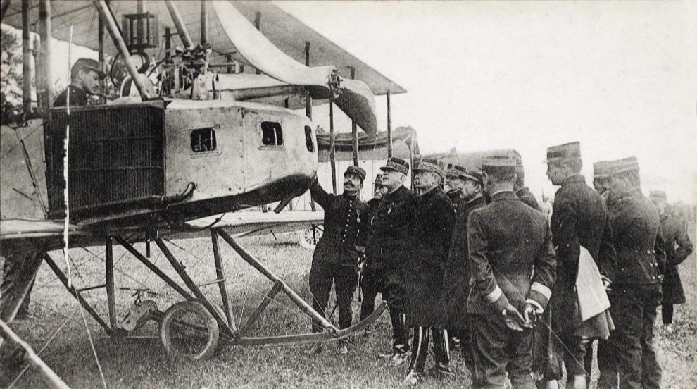 14.FRANCJA: Generał Joseph Joffre (drugi od lewej) przygląda się dwupłatowcowi. AFP
