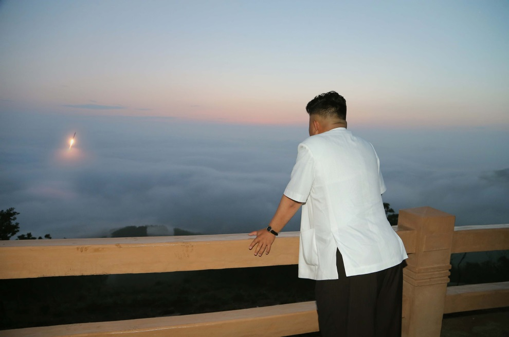 14.KOREA PÓLNOCNA, opublikowanp 30 czerwca 2014: Kim Jong-Un patrzy na startującą rakietę. AFP PHOTO / KCNA via KNS REPUBLIC OF KOREA