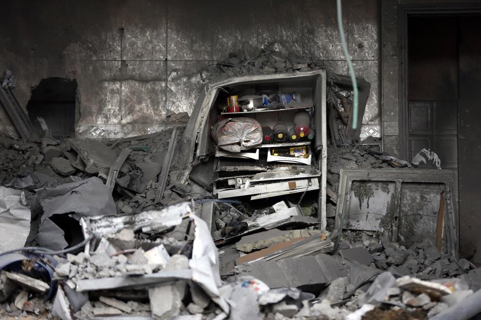 14.STREFA GAZY, 13 lipca 2014: Lodówka pośród gruzów zniszczonego budynku. AFP PHOTO / THOMAS COEX
