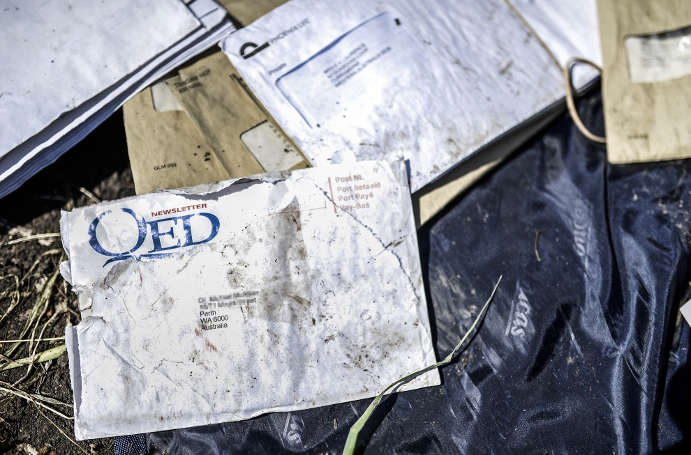 14.UKRAINA, Grabowo, 20 lipca 2014: Listy należące do pasażerów zestrzelonego samolotu. AFP PHOTO/ BULENT KILIC