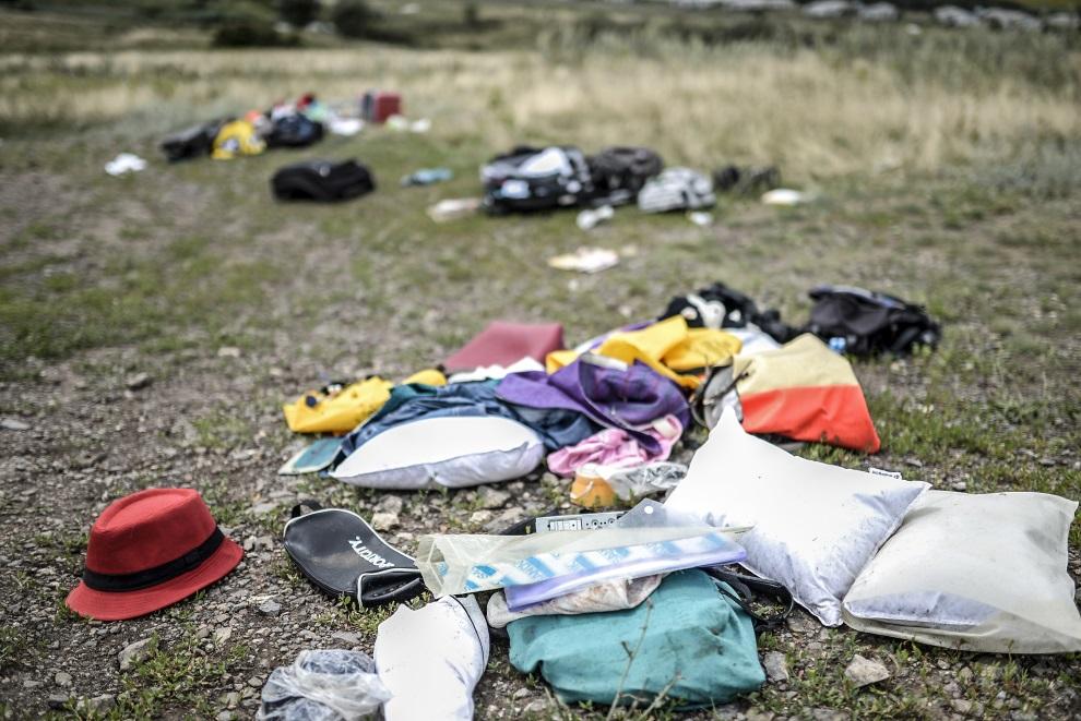 15.UKRAINA, Grabowo, 20 lipca 2014: Rzeczy osobiste należące do pasażerów zestrzelonego samolotu. AFP PHOTO/ BULENT KILIC