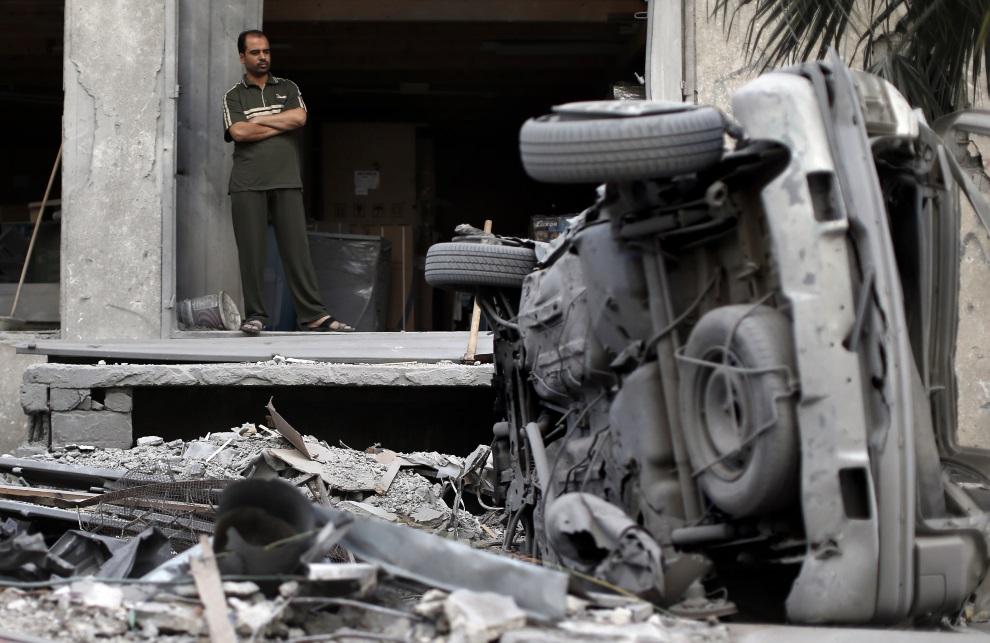 16.STREFA GAZY, 14 lipca 2014: Palestyńczyk przyglądający się zniszczeniom. AFP PHOTO / THOMAS COEX