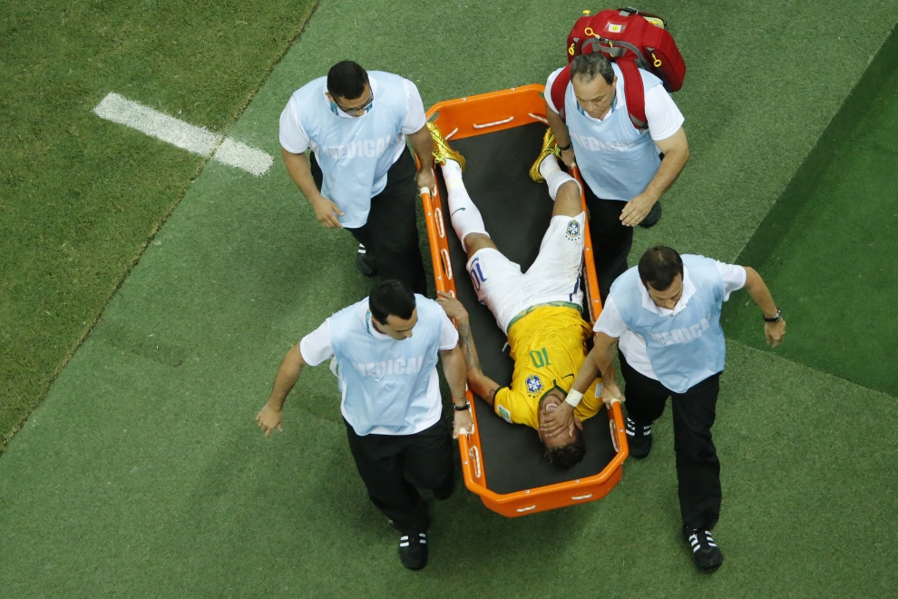 16.BRAZYLIA, Fortaleza, 4 lipca 2014: Neymar znoszony z boiska po kontuzji w meczu Brazylia – Kolumbia. AFP PHOTO / POOL / FABRIZIO BENSCH