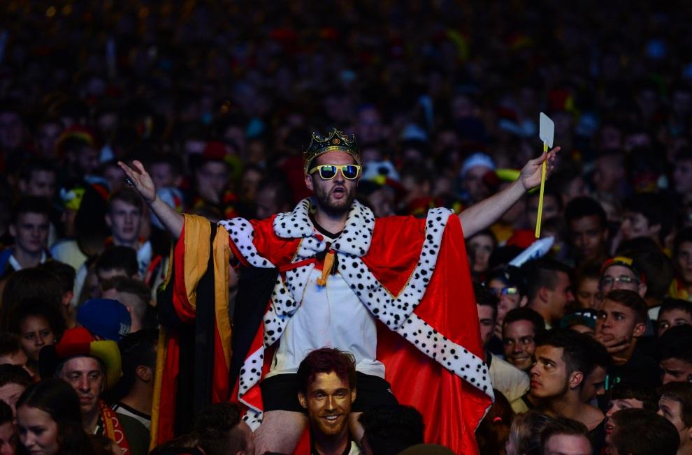 16.NIEMCY, Berlin, 13 lipca 2014: Niemieccy kibice śledzący przebieg spotkania finałowego. AFP PHOTO / JOHN MACDOUGALL