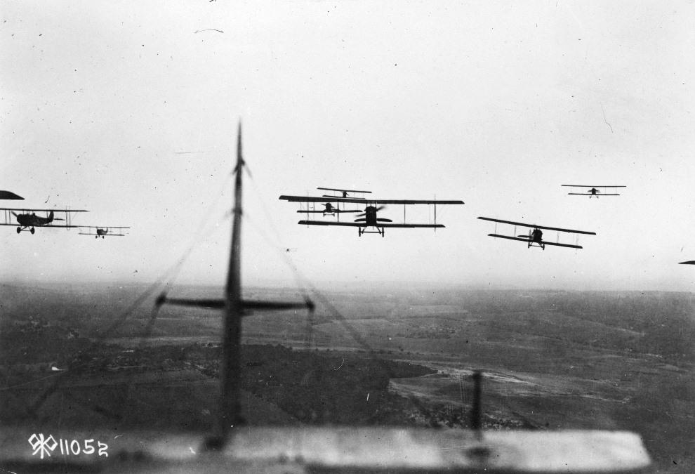 16.Formacja dwupłatowców podczas lotu bojowego. (Foto: Hulton Archive/Getty Images)