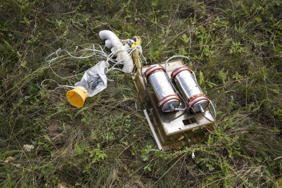 16.UKRAINA, Grabowo, 20 lipca 2014: Maska tlenowa, wraz z osprzętem, z pokładu zestrzelonego samolotu. (Foto: Rob Stothard/Getty Images)